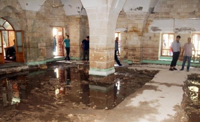 Balıklıgöl'deki camiyi su bastı