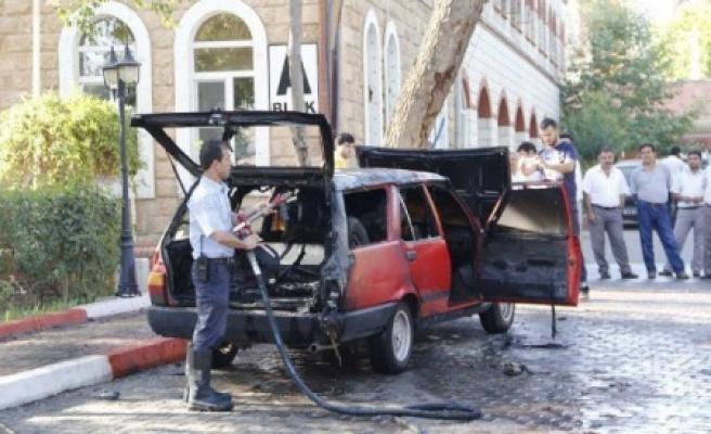 İşten çıkartıldı, arabasını yaktı!