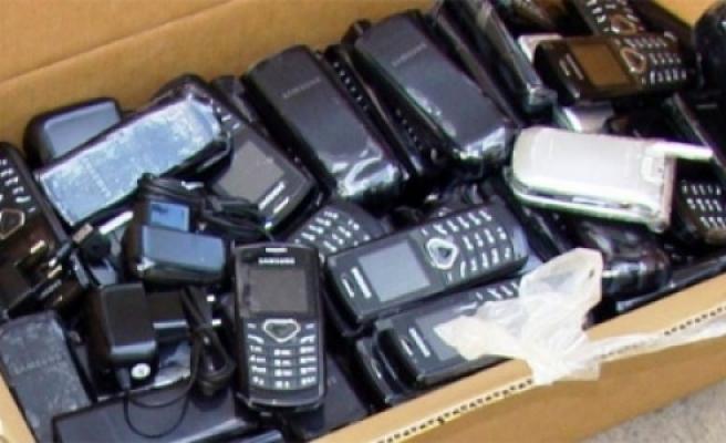 Kaçak sigara ve telefonlar havaalanında...