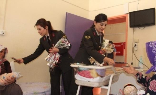 Kadın Komutanlardan Hasta Çocukların Annelerine Ziyaret
