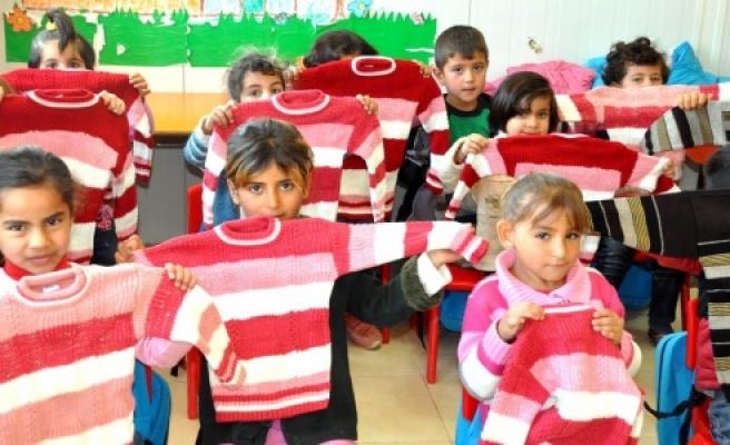 Suriyeli çocuklara kıyafet yardımı