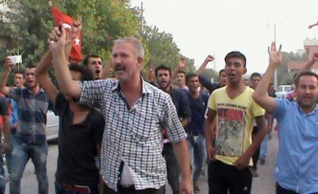 Tekbir atarak Türk Bayrağını...
