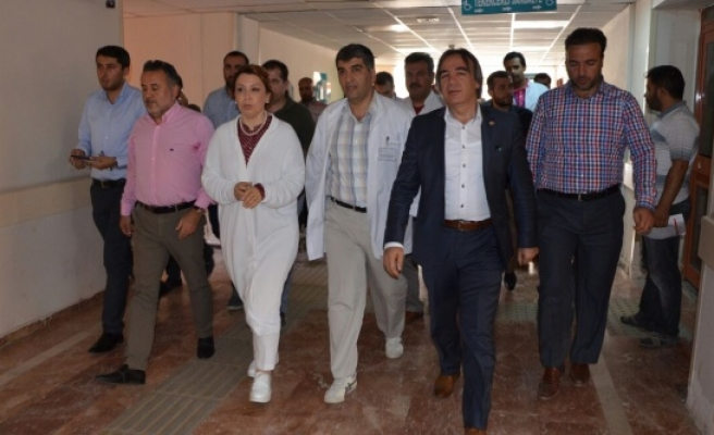 Vekiller, hastanelerdeki yaralıları ziyaret ettiler