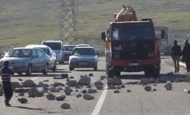Yolu trafiğe kapattılar