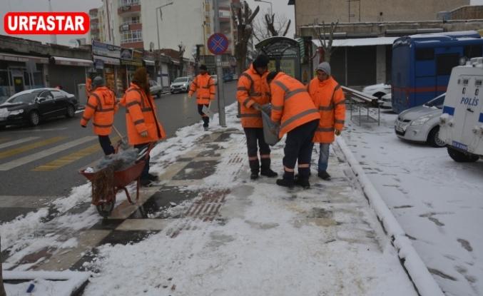 Siverek'te Belediye ekipler soğuğa aldırış etmiyor