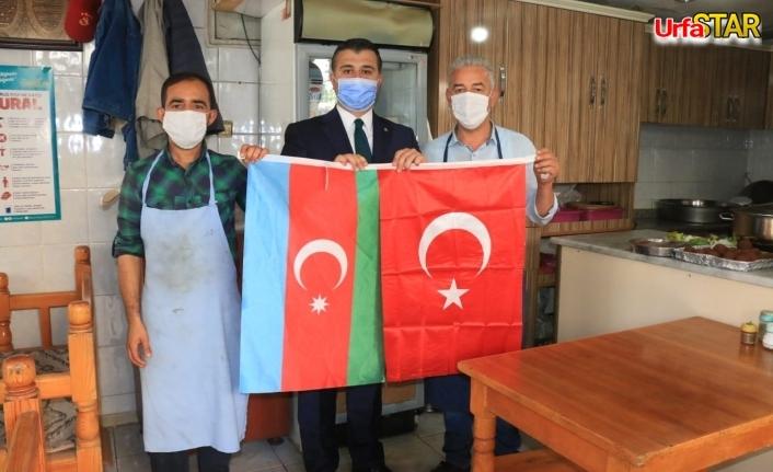 Urfa esnafına 2 devlet tek milletin bayraklarını dağıttılar